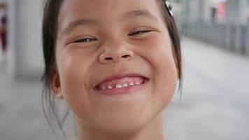 Cerrar retrato niña riendo después de escuchar la historia de broma