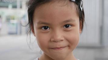 cerrar adorable niña sonriente y feliz