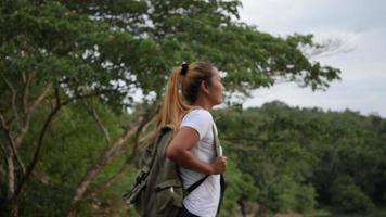 mouvement lent de femme avec les bras levés sur le lac et la montagne