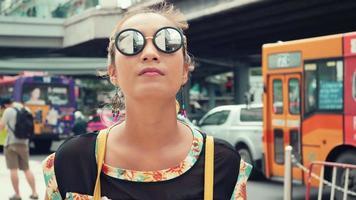mujer viajera con gafas en la calle