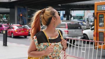 mulher viajante de óculos na rua