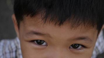 feliz niño asiático riendo después de escuchar la historia de broma