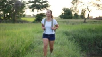 ralenti, randonneur femme heureuse, randonnée sur la marche en forêt