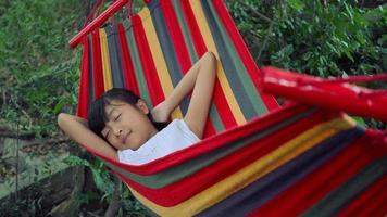 cámara lenta, niña duerme en hamaca