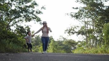cámara lenta, madre y su hijo caminando en la calle video