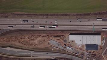 voando sobre uma estrada em 4k video