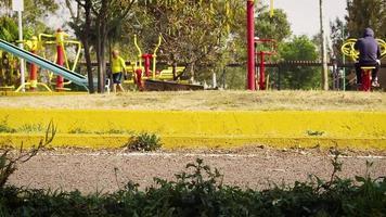 parque público com bicicletas em primeiro plano video