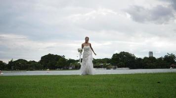 rallentatore di matrimonio sposa felice divertimento camminare e correre nel parco video