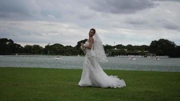 Cámara lenta de la novia de la boda feliz diversión caminando y corriendo en el parque video