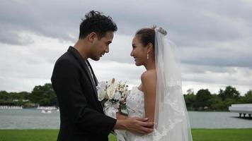 rallentatore di matrimonio sposa e sposo felice divertimento nel parco video