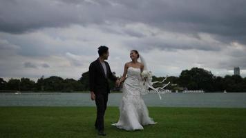 câmera lenta de noiva e do noivo diversão feliz no parque
