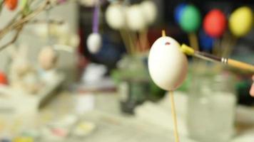 bambino in giovane età che dipinge le uova di Pasqua