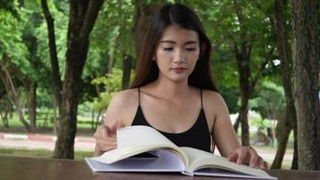 hermosa mujer leyendo el conocimiento de un libro
