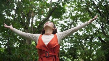mulher bonita, levantando a mão no ar. tempo feliz de liberdade. video