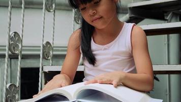 menina lendo um livro de história