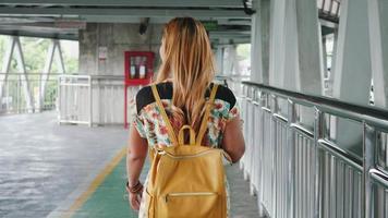 cámara lenta de mujer hermosa moda caminando en la ciudad