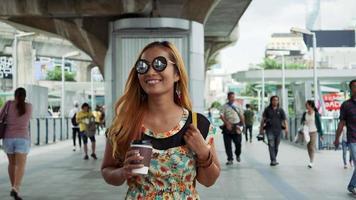 câmera lenta da bela mulher fashion caminhando pela cidade video