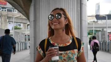 câmera lenta da bela mulher fashion caminhando pela cidade