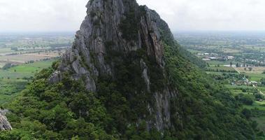 vista aérea sobrevoando a montanha na tailândia