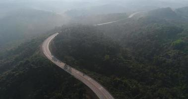 vista aérea da estrada rural na floresta video