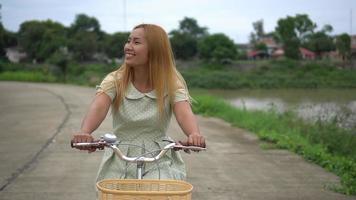 mujer en bicicleta en el parque