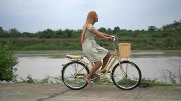 mulher andando de bicicleta no parque video