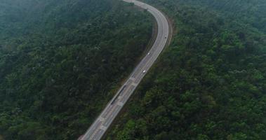 route de campagne vue aérienne en forêt