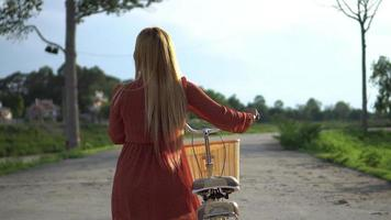 mujer joven, con, bicicleta, ambulante, en el parque video