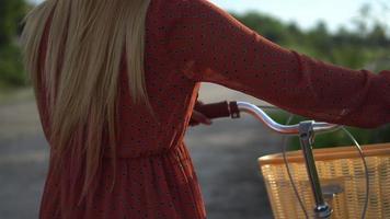 jovem mulher andando de bicicleta no parque video