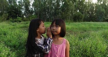 dos niñas corriendo por el parque