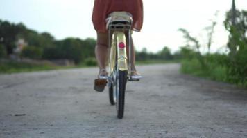 Una mujer activa haciendo ejercicio en bicicleta en el parque.