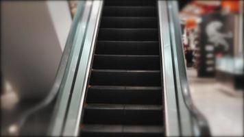 Movimiento de escaleras mecánicas en el centro comercial. video