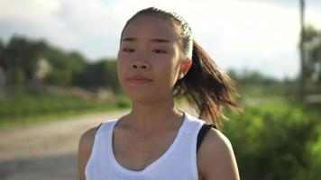 junge schöne asiatische Frau, die im Park joggt