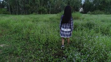 niña caminando por el parque