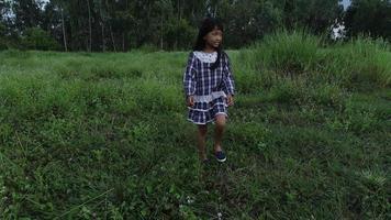 kleines Mädchen, das durch den Park geht
