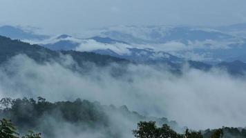 hermosas montañas llenas de niebla