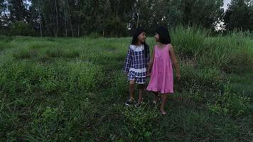 deux petites filles marchent dans le parc