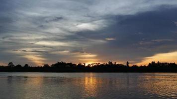 tramonto sul lago si riflette sull'acqua