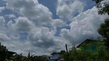 lapso de tempo da vila e nuvens video