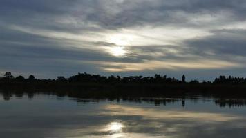 timelapse del lago con tramonto nuvoloso