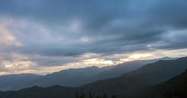 hermoso amanecer en la nube timelapse en montaña