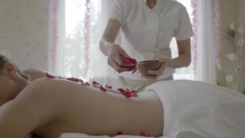 jovem mulher bonita no salão de massagem spa. video