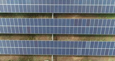 vista aérea de la granja de células solares video
