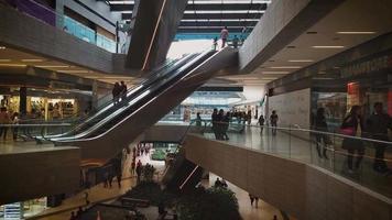 escadas rolantes no shopping video