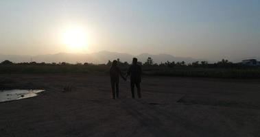 dois casais caminhando juntos video