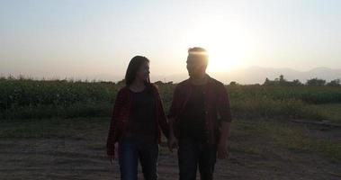 dos parejas caminando juntas