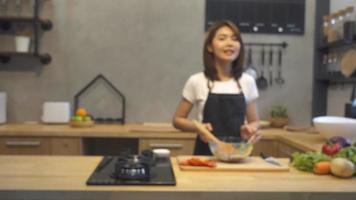giovane donna asiatica in cucina la registrazione di video sulla fotocamera.