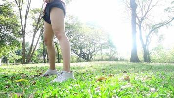 câmera lenta - saudável mulher asiática, exercitando-se no parque.