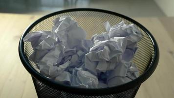 close-up de papel branco amassado sendo jogado em uma lixeira video