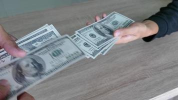 fechar mão homem dar dinheiro mulher. video